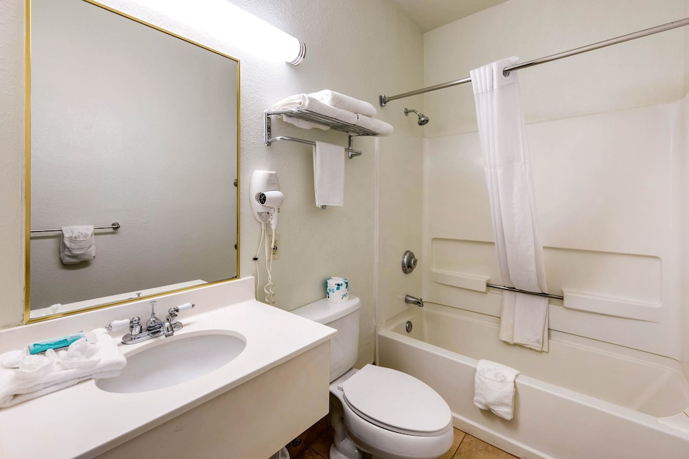 Bathroom, Quality Inn & Suites Gallup I-40 Exit 20