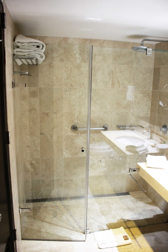 Bathroom Shower, Sol de Oro Hotel & Suites