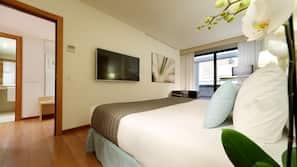 Minibar, caja fuerte, escritorio y camas supletorias (de pago)