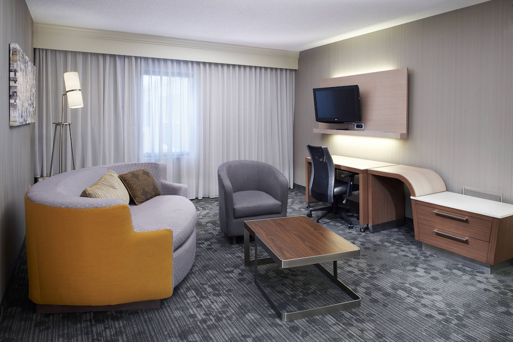 Room, Courtyard by Marriott Cleveland Airport North