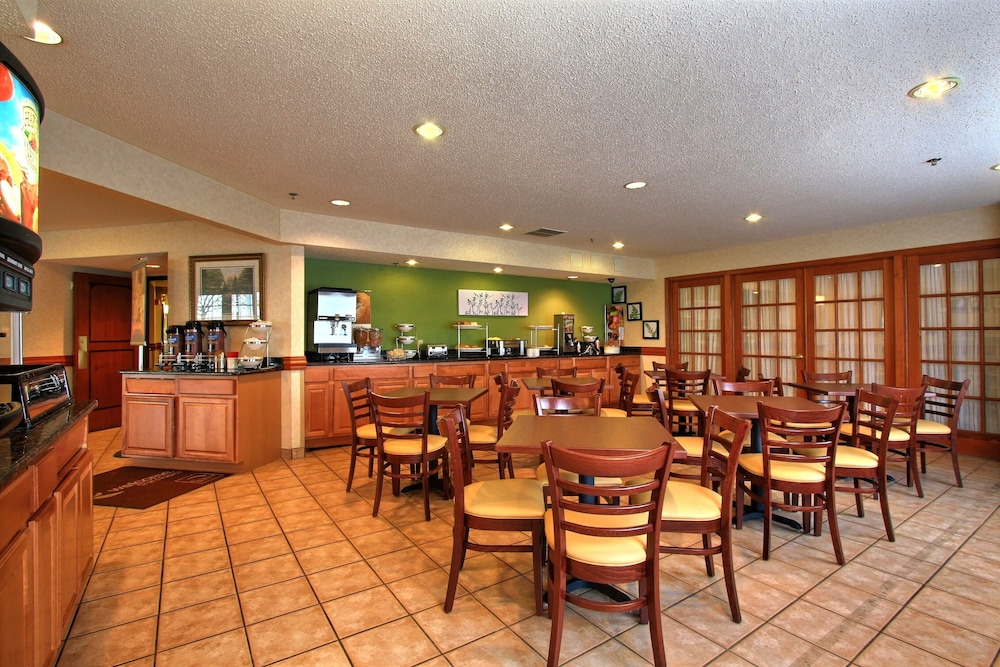 Breakfast Area, Sleep Inn & Suites - Airport