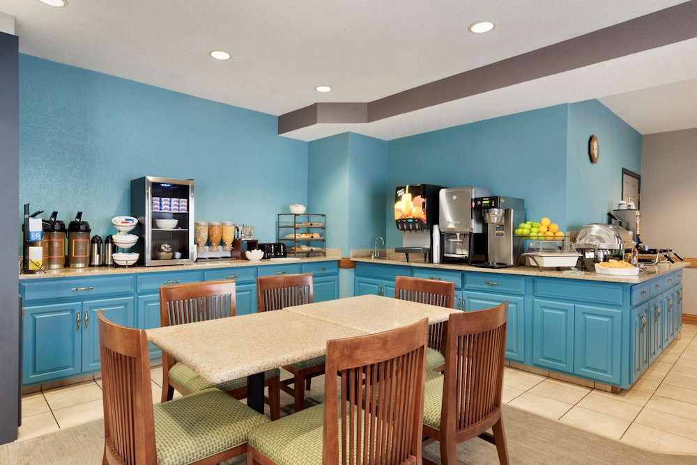 Breakfast Area, Country Inn & Suites by Radisson, Minneapolis/Shakopee, MN