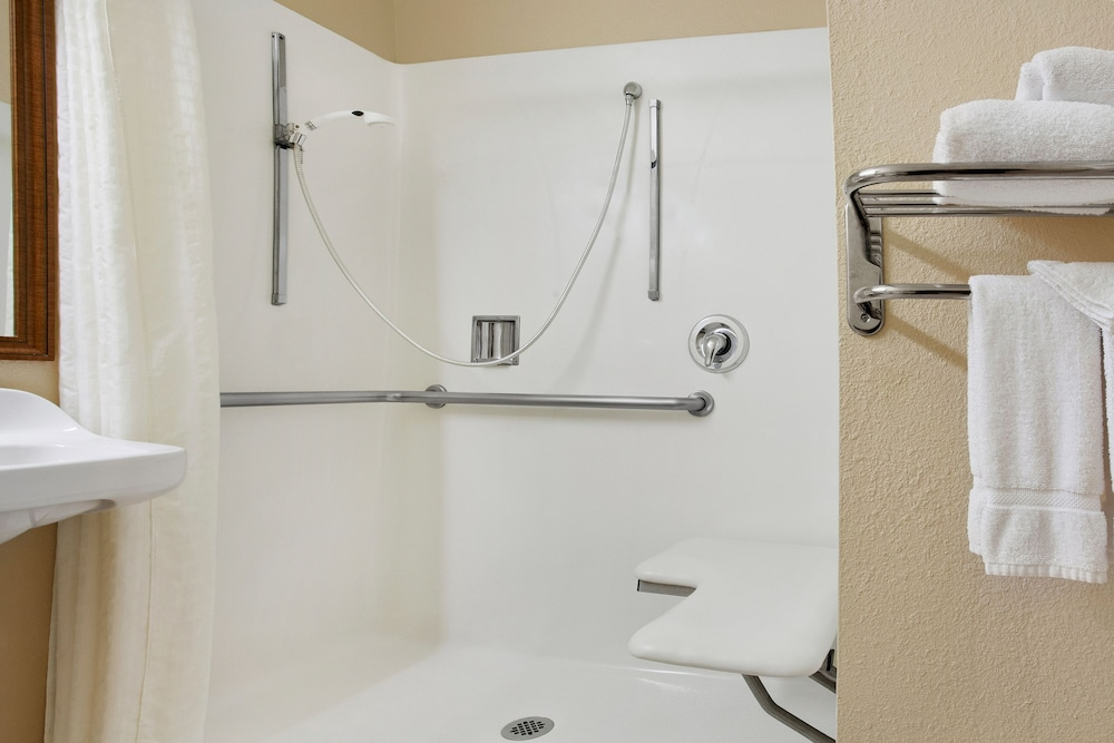 Bathroom Shower, Days Inn by Wyndham Carlsbad