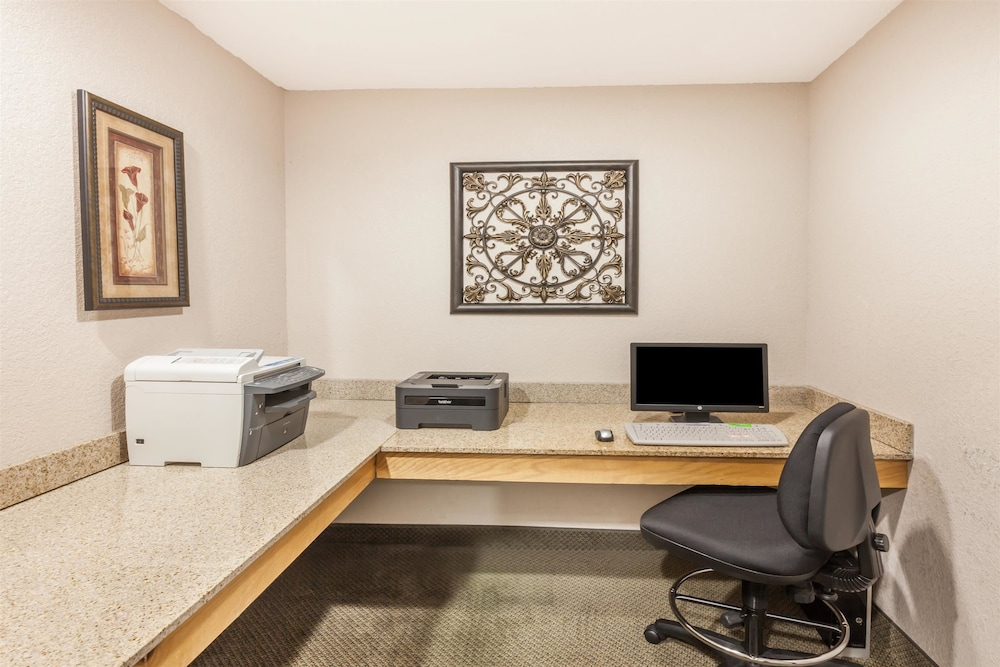 Business Center, Ramada by Wyndham Oklahoma City Airport North