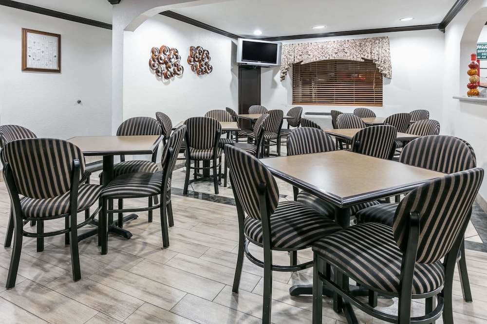 Breakfast Area, Ramada by Wyndham Oklahoma City Airport North