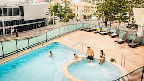 2 สระว่ายน้ำกลางแจ้ง, เก้าอี้อาบแดดริมสระ