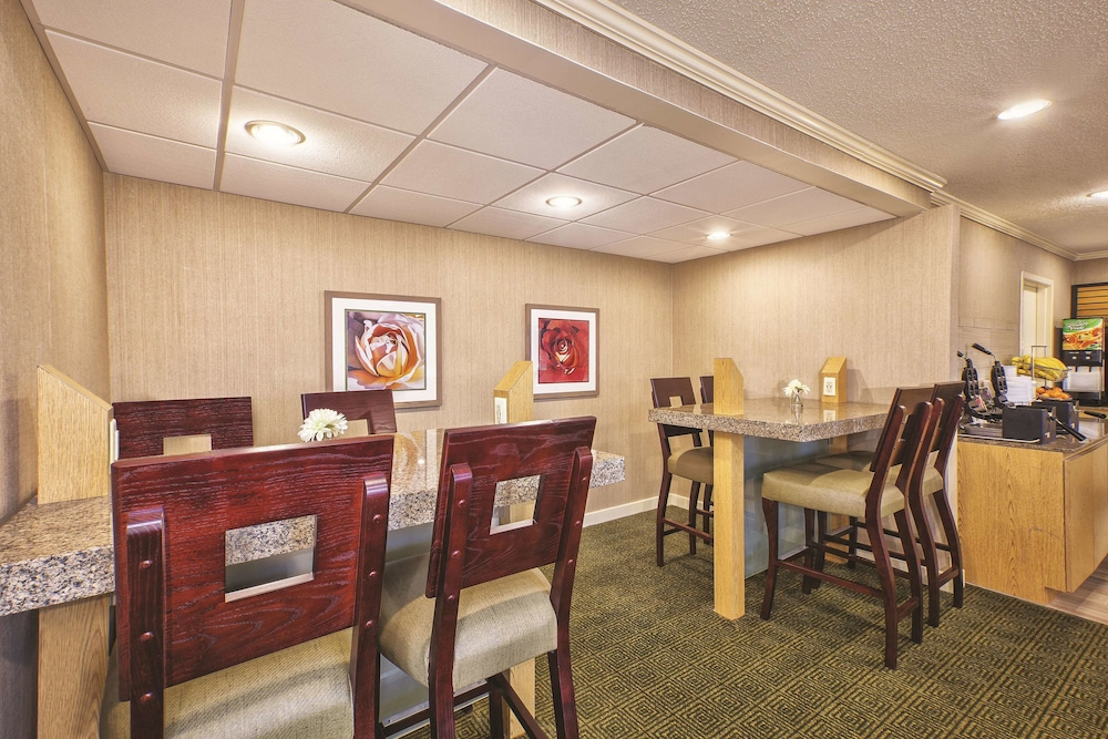 Breakfast Area, La Quinta Inn by Wyndham Toledo Perrysburg