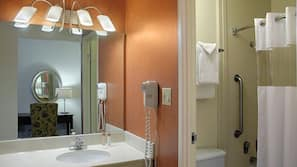 Combined shower/bathtub, hair dryer, towels