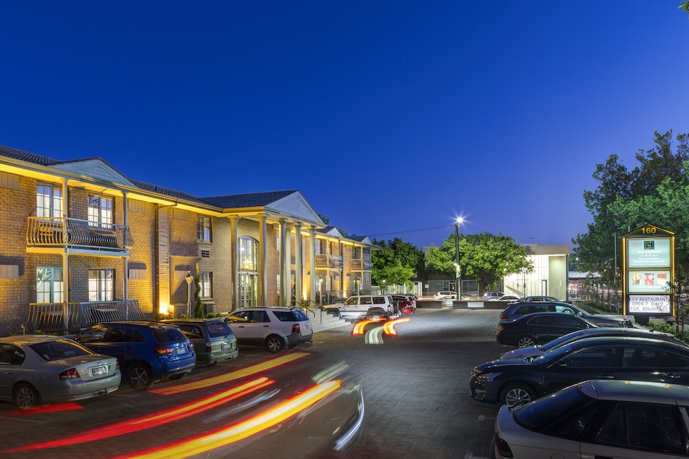 Front of Property - Evening/Night, Adelaide Inn