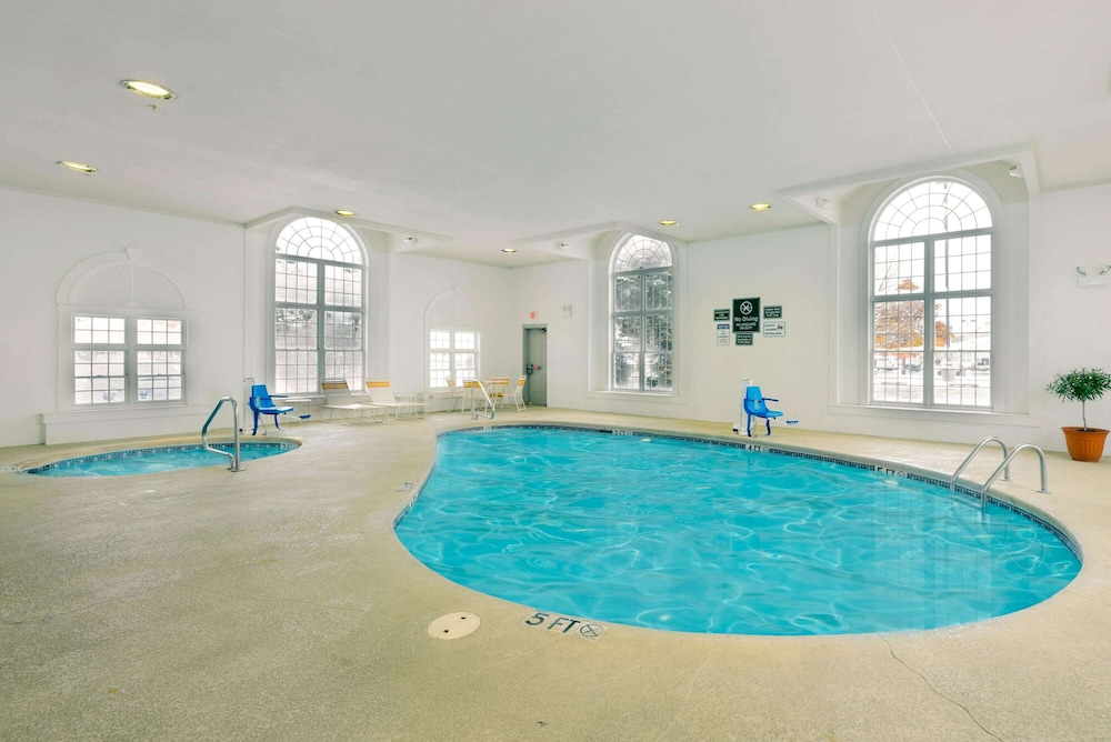 Pool, La Quinta Inn & Suites by Wyndham Cleveland Macedonia