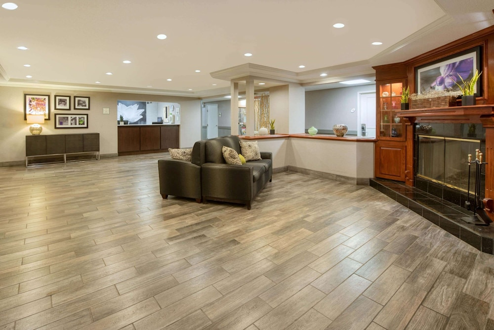 Lobby, La Quinta Inn & Suites by Wyndham Cleveland Macedonia