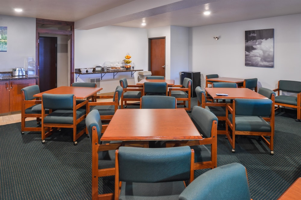 Breakfast Area, Travelodge Suites by Wyndham Newberg