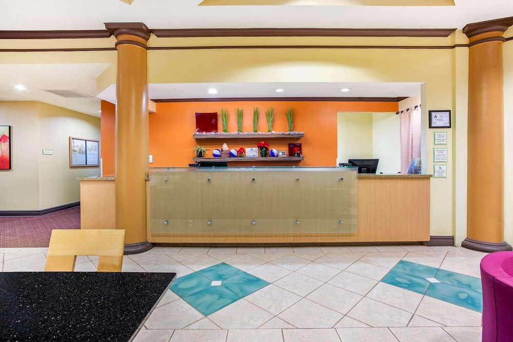 Lobby, La Quinta Inn & Suites by Wyndham Raleigh Cary