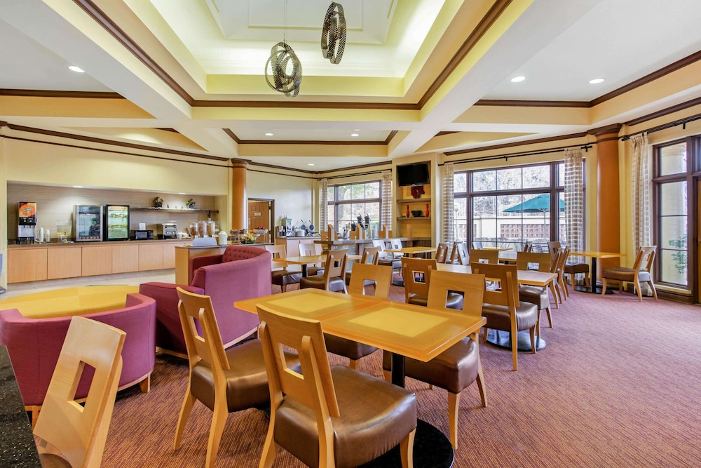 Breakfast Area, La Quinta Inn & Suites by Wyndham Raleigh Cary