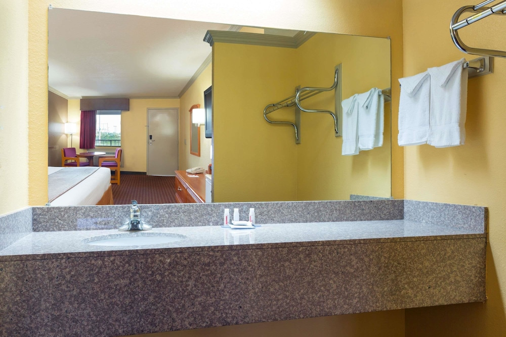Bathroom, Baymont by Wyndham Horn Lake Southaven
