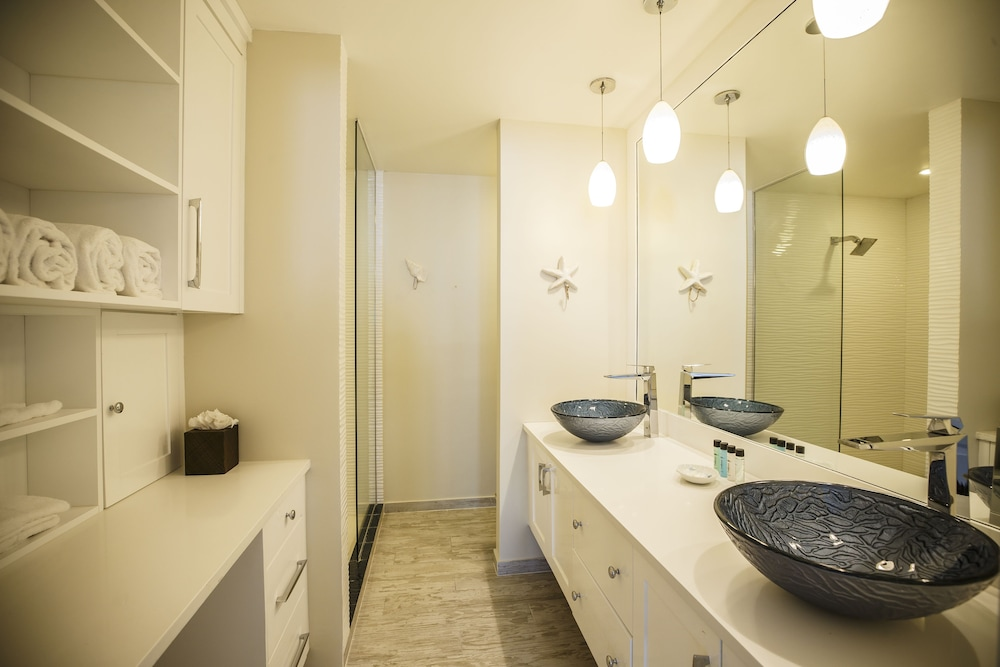 Bathroom, Ports of Call Resort