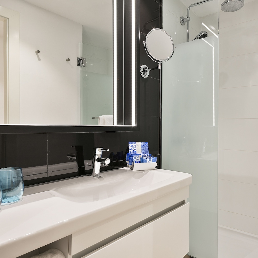 Bathroom, TRYP Barcelona Apolo Hotel