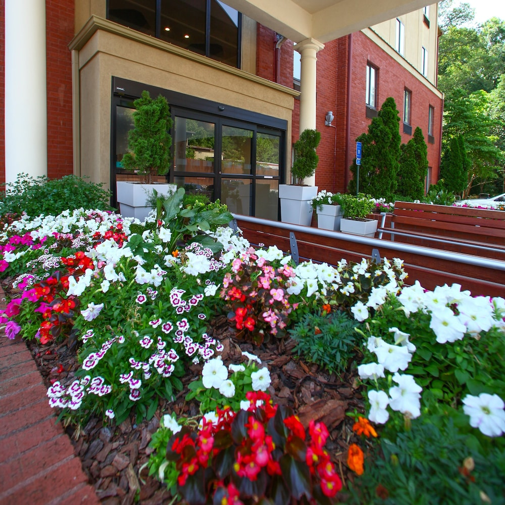 Property Entrance, Holiday Inn Express Atlanta - Emory University Area, an IHG Hotel