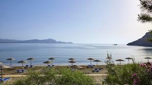 Sulla spiaggia, ombrelloni, teli da spiaggia
