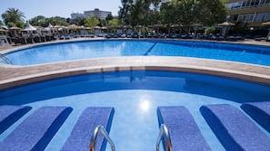 실내 수영장, 3 개의 야외 수영장, 수영장 파라솔, 일광욕 의자