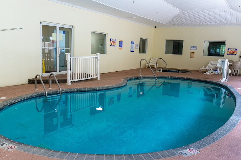 Pool, Red Roof Inn PLUS+ & Suites Savannah - I-95