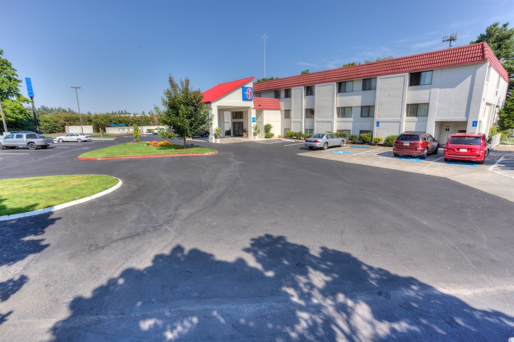 Front of Property, Motel 6 Portland, OR - Tigard West