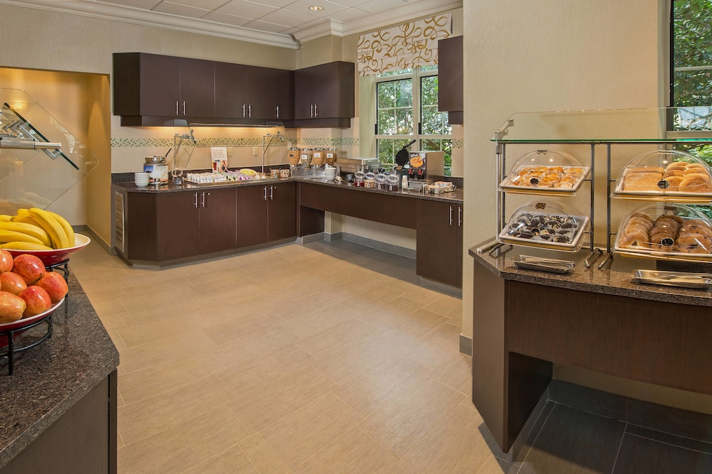Breakfast buffet, Residence Inn by Marriott Arlington at Rosslyn