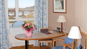Minibar, coffres-forts dans les chambres, bureau