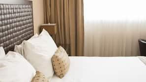 Ropa de cama hipoalergénica, edredones de plumas, minibar y caja fuerte