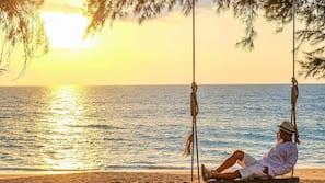私人海灘、白沙、躺椅、滑浪風帆