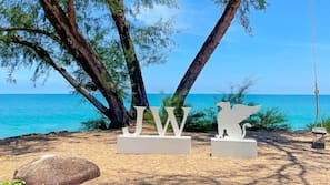 หาดส่วนตัว, ทรายสีขาว, เก้าอี้อาบแดด, วินด์เซิร์ฟ