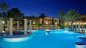 Una piscina al aire libre de temporada (de 11:00 a 19:00), sombrillas