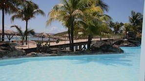 Aan het strand, wit zand, ligstoelen aan het strand, een strandbar