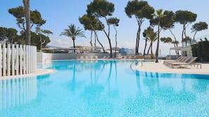 Een binnenzwembad, 4 buitenzwembaden, parasols voor strand/zwembad