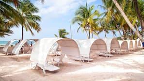 Perto da praia, serviço de traslado de/para a praia grátis, guarda-sóis