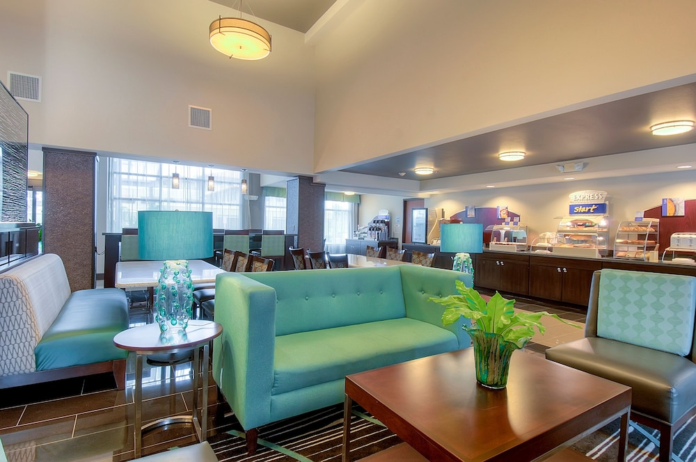 Featured Image Lobby Holiday Inn Express