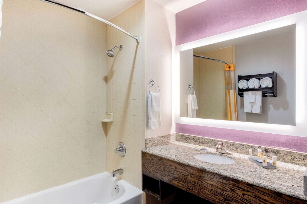 Bathroom, La Quinta Inn & Suites by Wyndham Indianapolis Greenwood