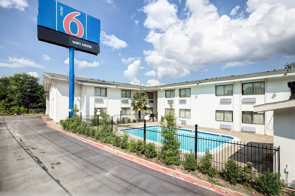 Front of Property, Motel 6 Dallas, TX - South