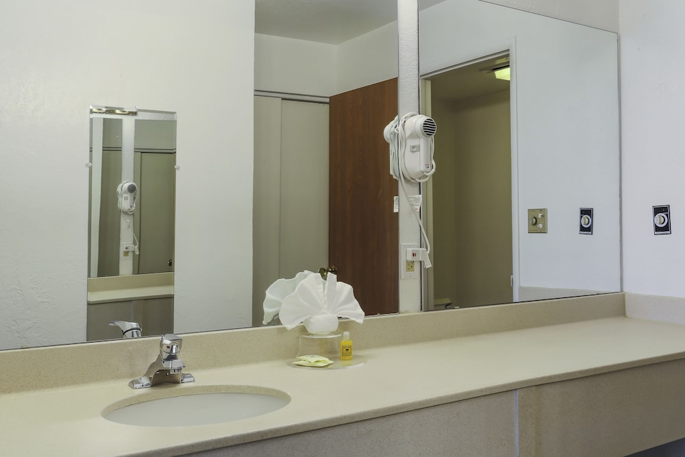 Bathroom, Airport Inn Hotel
