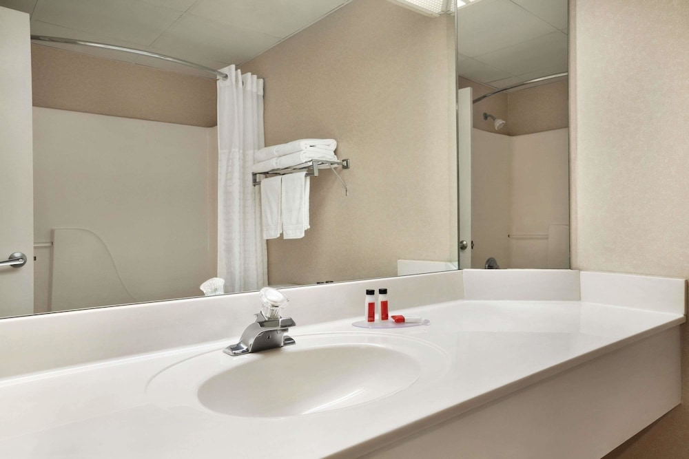 Bathroom, Super 8 by Wyndham Cherokee