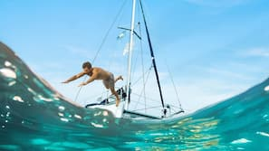 Chaises longues, parasols, serviettes de plage, plongée sous-marine
