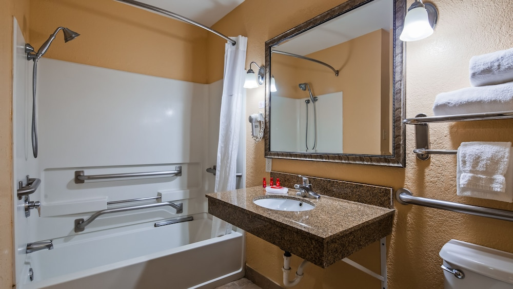 Accessible bathroom, Baymont by Wyndham La Vergne