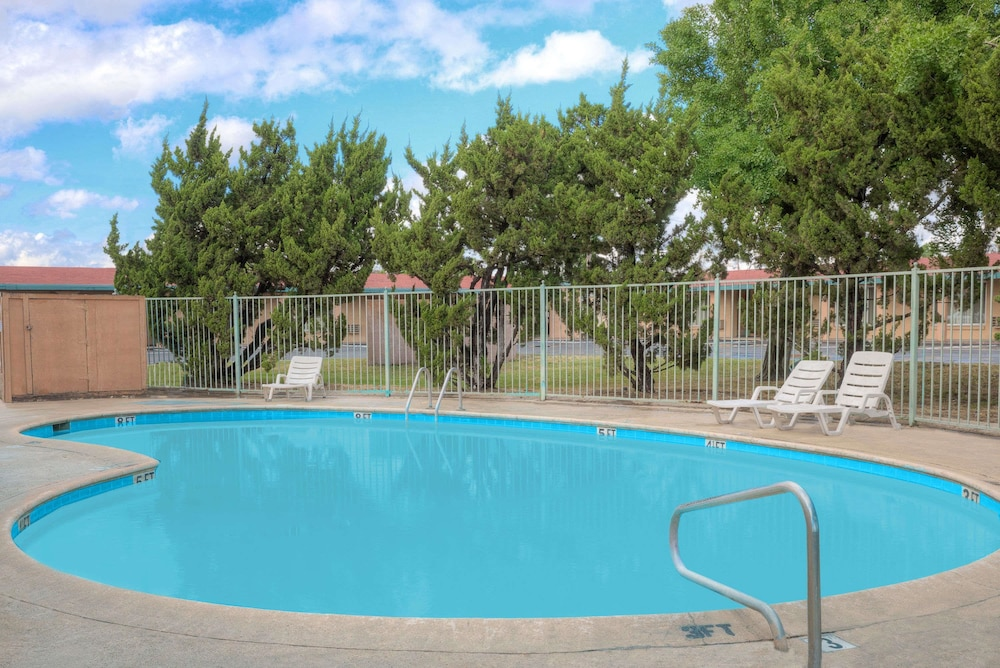 Pool, Howard Johnson by Wyndham Modesto Ceres