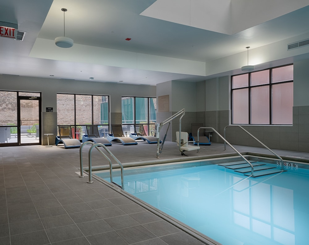 Indoor Pool, Hampton Inn & Suites Chicago Downtown