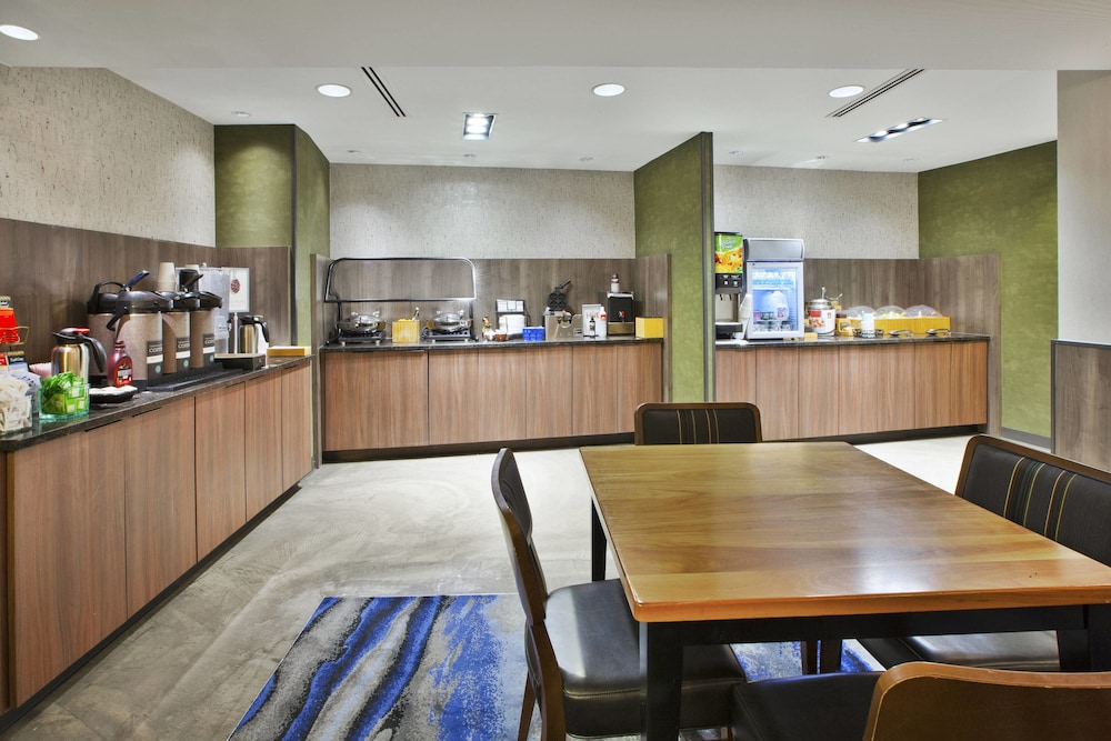 Breakfast buffet, Fairfield Inn & Suites by Marriott Milwaukee Downtown