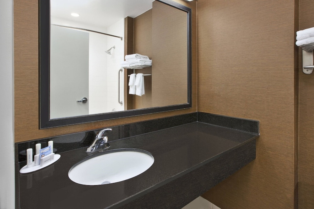 Bathroom, Fairfield Inn & Suites by Marriott Milwaukee Downtown