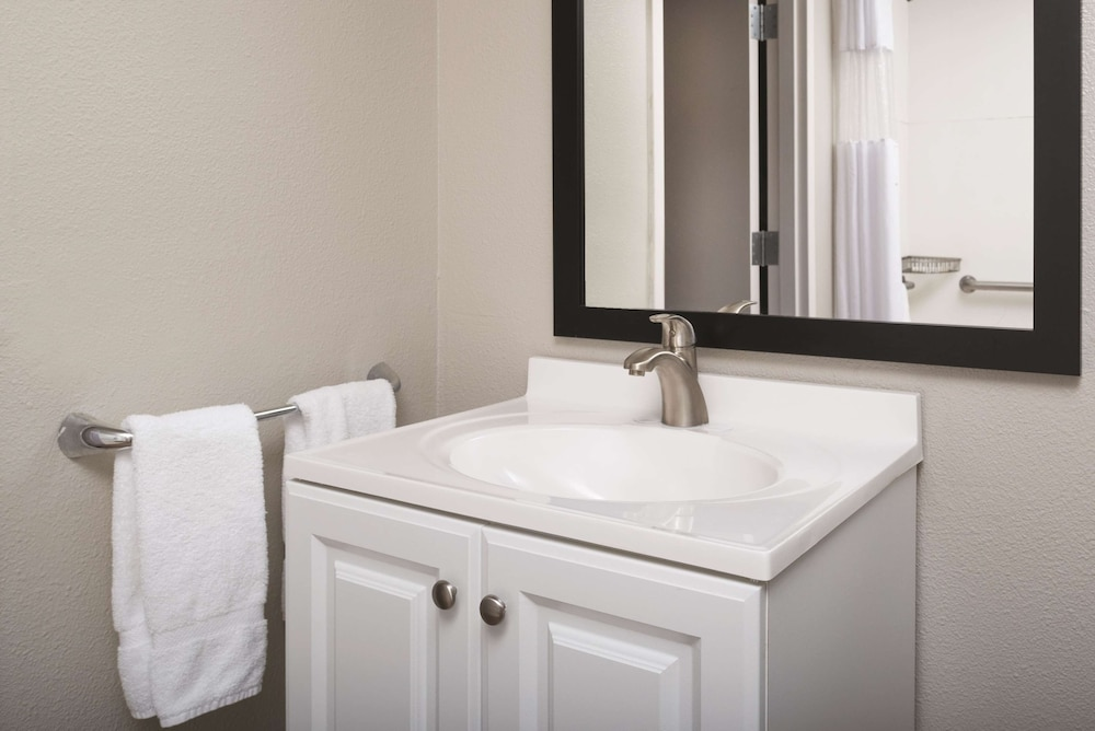Bathroom, La Quinta Inn & Suites by Wyndham Fairfield - Napa Valley