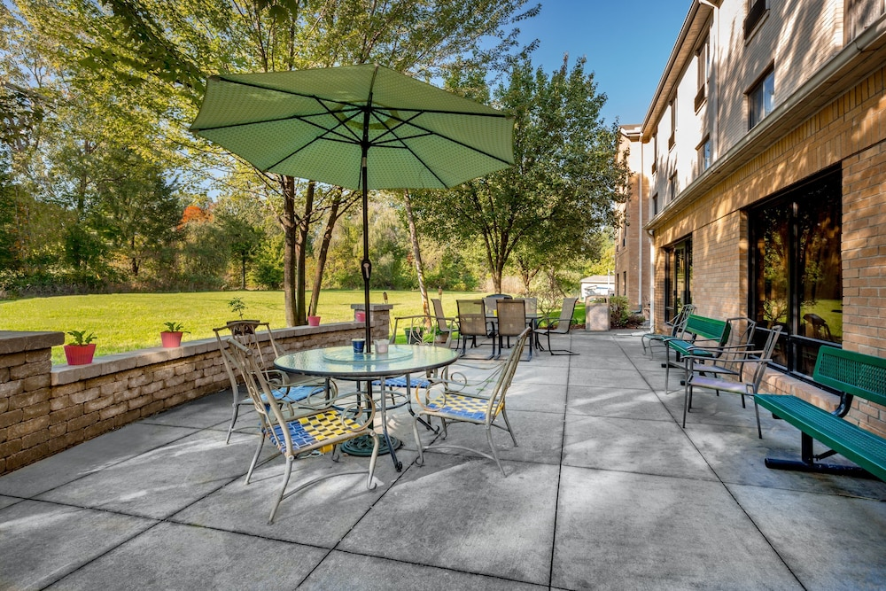 BBQ/Picnic Area, Holiday Inn Express Hotel & Suites Canton
