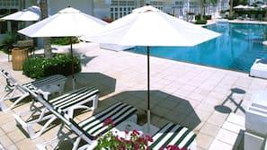 2 個室外泳池;07:00 至 19:00 開放;泳池傘、躺椅