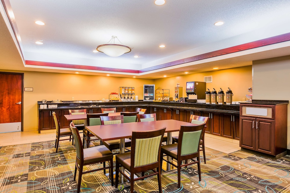 Breakfast Area, Staybridge Suites Cedar Rapids North, an IHG Hotel
